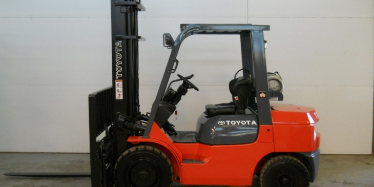 2005_toyota_6000_lb_capacity_forklift_lift_truck_pneumatic_tire_clear_view_mast_1_lgw